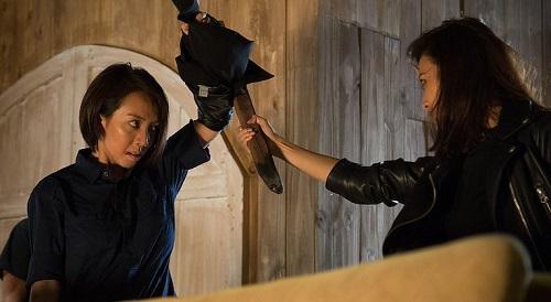 Thu Trang, Phan Ngân diễn hành động trên phim trường.