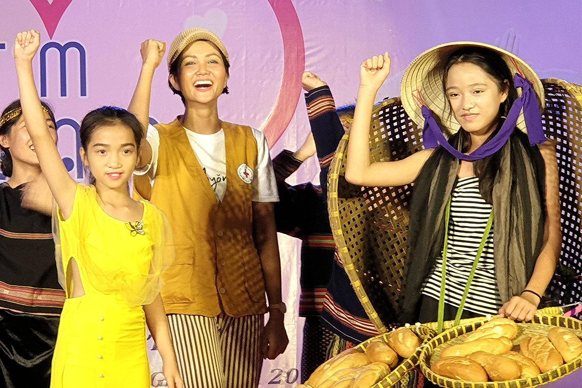 Trẻ em diễn catwalk váy 'Bánh mỳ' của H'Hen Niê
