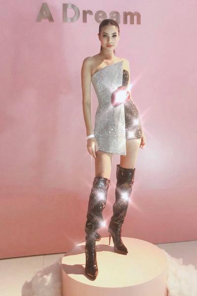 Hoa hậu diện thiết kế sequins của Chung Thanh Phong phối cùng boots da cổ cao tôn đường cong.