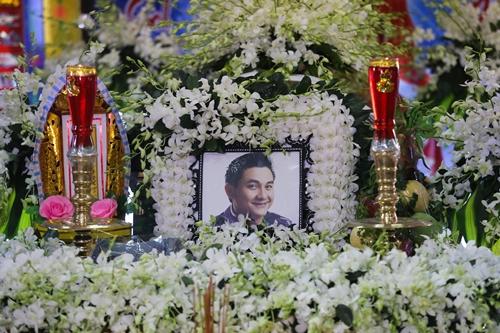 Lễ viếng Anh Vũ diễn ra tại nhà quàn chùa Ấn Quang (quận 10). Linh cữu anh đượcđồng nghiệp đưa từ Mỹ về nước lúc 10h sáng nay, sau gần 9 ngày qua đời đột ngột.