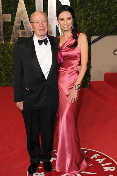 Ở tiệc hậu Oscar, bà được đánh giá cao với váy satin màuhồng - chất liệukén người mặc.