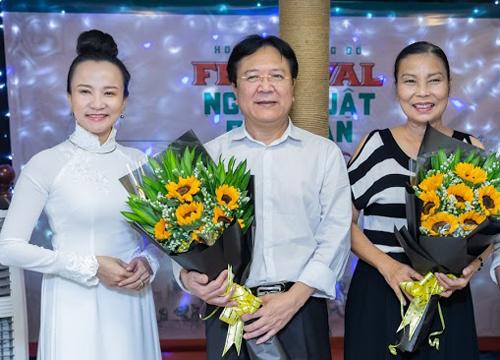 Từ trái sang: Bà Lưu Thị Hồng Diễm - đại diện đơn vị tổ chức Festival, NSND Vương Duy Biên và Tiến sĩ Văn hóa Phan Thị Kim Anh - cố vấn chương trình.