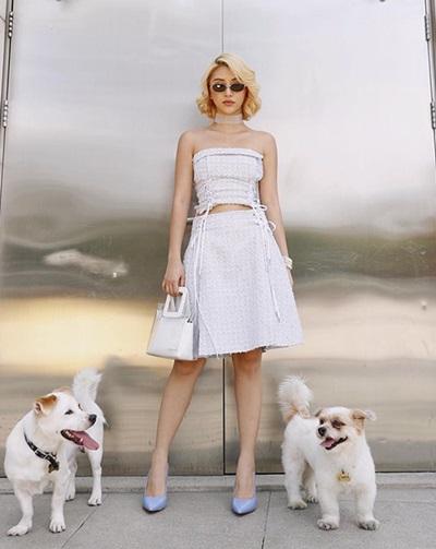 Quỳnh Anh Shyn diện váy và áo quây đồng điệu, nhấn bằng giày cao gót màu pastel.