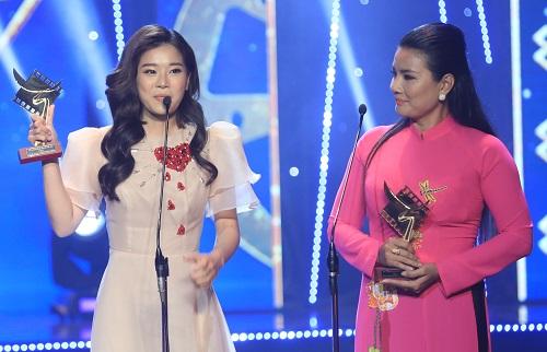 Hoàng Yến Chibi (trái, Tháng năm rực rỡ) nhận giải nữ chính phim điện ảnh, còn diễn viên Kiều Trinh nhận thay Liên Bỉnh Phát (Song Lang).