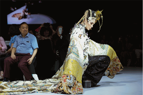 Trong vai trò diễn kết màn, Võ Hoàng Yến xuất hiện lộng lẫy trên sàn catwalk trong bộ cánh đính đá, kim sa lấp lánh, kết hợp phụ kiện đội đầu cầu kỳ. Chiếc áo choàng có chiều dài quét đất, trọng lượng khá nặng. Dường như đây chính là nguyên nhân khiến Hoàng Yến loạng choạng rồi té ngã sau khi đi được nửa chặng đường.