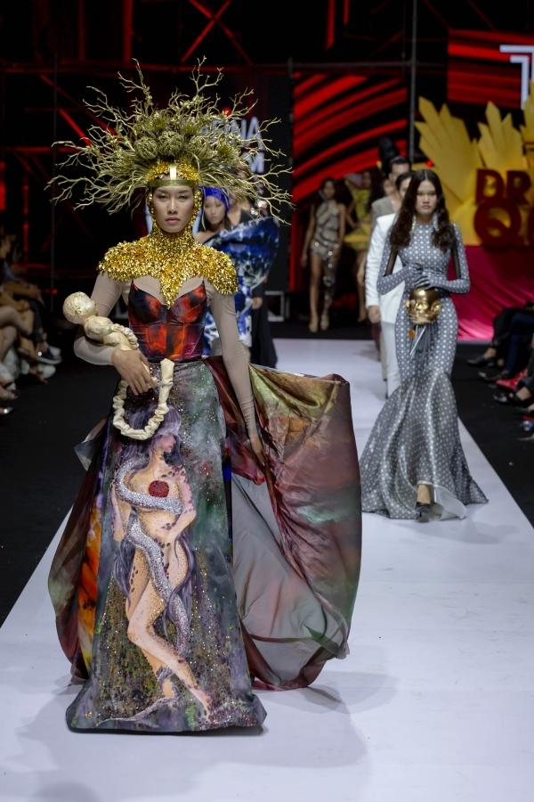 Võ Hoàng Yến hóa nữ thần với váy hình rắn