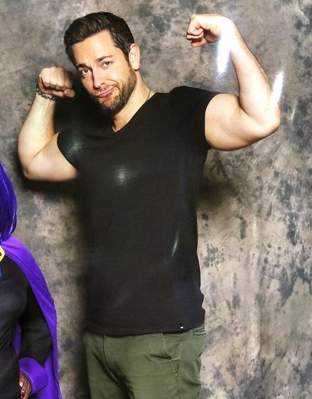 Zachary Levi tự tin khoe cơ bắp trong một sự kiện quảng bá Shazam!. Ảnh: Variety.