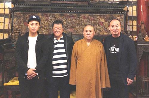Thích Tiểu Long (trái) bên những người ảnh hưởng lớn tới cuộc đời anh gồm cha - Trần Đồng Sơn và sư phụ, cha nuôi (từ phải sang).