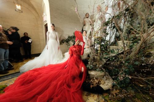 Bộ sưu tập đầm cưới của NTK Việt Nam xuất hiện trên báo Mỹ - ảnh 8