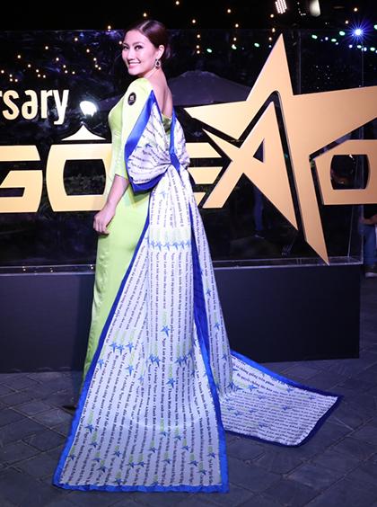 Bà mẹ một con nổi bật với chiếc áo dài gắn nơ dài in logo báo Ngoisao.net.