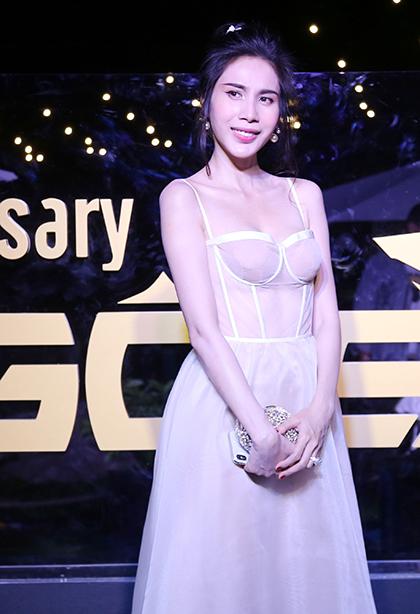 Ca sĩ Thủy Tiên chọn váy corset xuyên thấu.