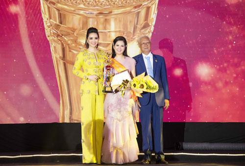 Ca sĩ Đinh Hiền Anh (giữa) lên sân khấu nhận giải thưởng