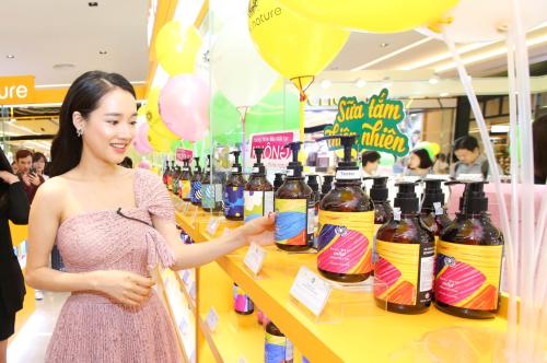 Nhã Phương cũng tiết lộ, cô đã hình thành thói quen đọc nhãn sản phẩm, trang bị thêm một chút kiến thức đểbảo vệ được bản thân và gia đình.