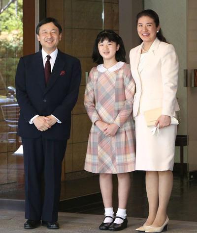 Trong một thông cáo cho toàn dân, bà Masako từng viết: Kể từ đám cưới cách đây hơn 10 năm, tôi đã nỗ lực hết sức trong môi trường mới có nhiều sức ép, Masako viết trong tuyên bố gửi tới cả nước Nhật. Tình trạng đau yếu là hậu quả của sự kiệt sức cả về thể xác và tinh thần trong suốt những năm qua.
