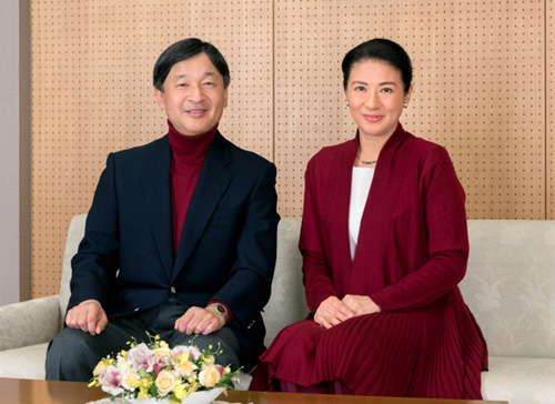 Vợ chồng hoàng hậu Nhật Bản mặc đồng điệu. Ảnh:asahi.