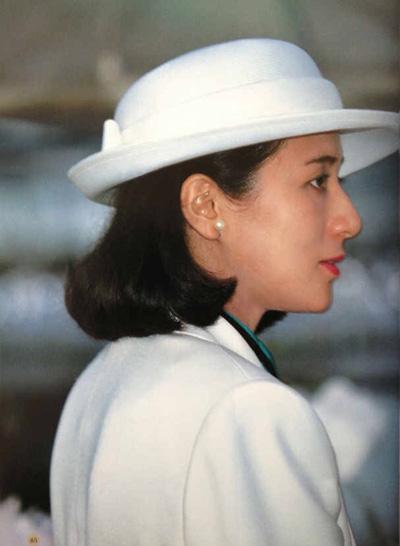 Masako thường để tóc ngắn, diện trang phục đơn sắc kết hợp trang sức ngọc trai.