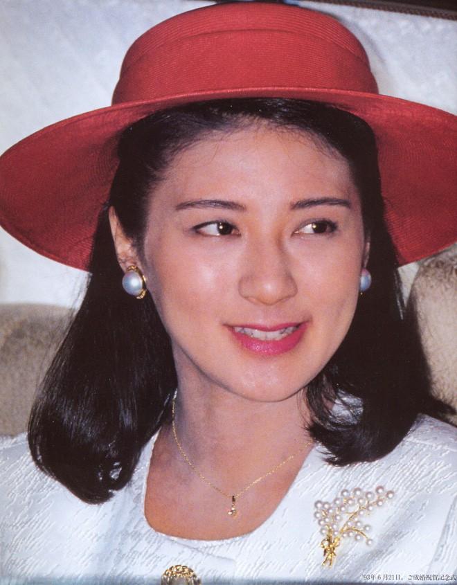 Masako sinh năm 1963, là con gái một quan chức Bộ Ngoại giao Nhật Bản. Bà tài giỏi, thông thạo các ngoại ngữ Anh, Nga, Đức, Pháp. 18 tuổi, bà theo học Đại học Harvard. Năm 1990, bà có bằng thạc sĩ ngành Quan hệ quốc tế của Đại học Oxford. 27 tuổi, bà là chuyên gia lĩnh vực quan hệ Nhật - Mỹ, là nhà ngoại giao có tiền đồ của Nhật Bản.
