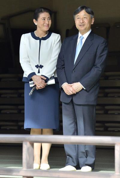 Vợ chồng tân Nhật hoàng trải qua nhiều thăng trầm trong hôn nhân. Theo Reuters, ông từng tiết lộ cá tính của vợ bị giết chết bởi các quy định của hoàng tộc, mắc bệnh suy nhược thần kinh, trầm cảm. Ông ví vợ là tù nhân chốn hoàng cung vì không được ra ngoài, phải từ bỏ công việc, sở thích, chịu áp lực sinh con trai. Bà Masako từng sảy thai, sinh con gái vào năm 2001.