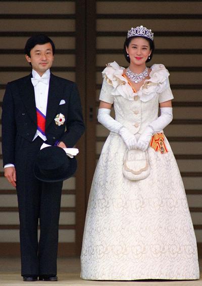 Sau hai lần từ chối cầu hôn của thái tử Naruhito, năm 1993, Masako từ bỏ sự nghiệp đểkết hôn cùng thái tử. Trong lễ cưới,
