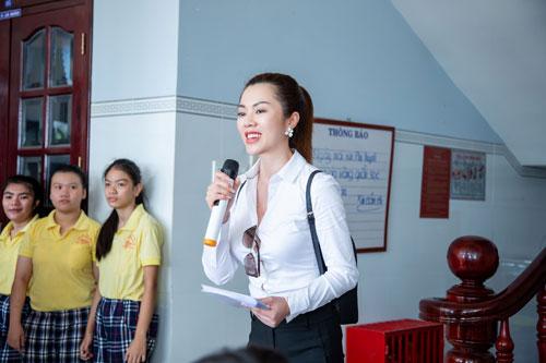 Hoa hậu Hứa Vân Khương giản dị đi từ thiện tại Phan Thiết