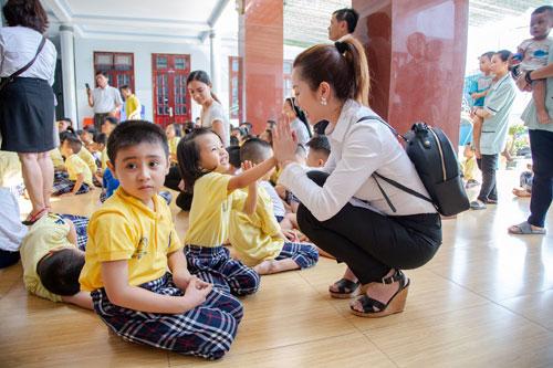 Hoa hậu Hứa Vân Khương giản dị đi từ thiện tại Phan Thiết - 1