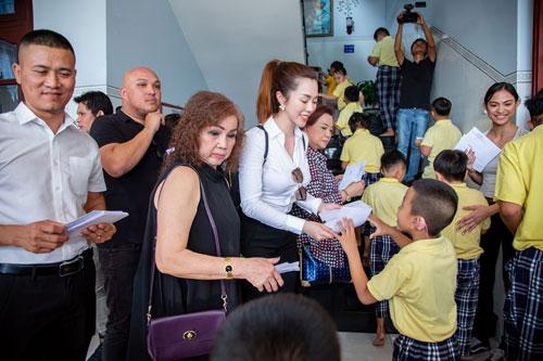 Hoa hậu Hứa Vân Khương giản dị đi từ thiện tại Phan Thiết - 2