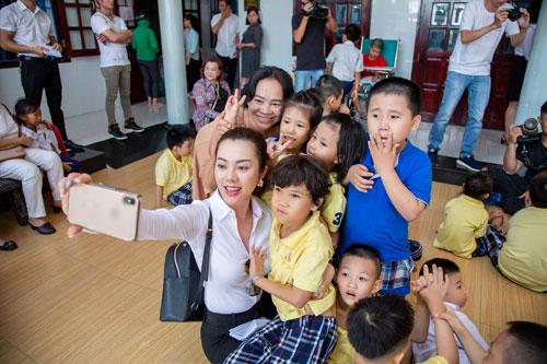 Hoa hậu Hứa Vân Khương giản dị đi từ thiện tại Phan Thiết - 3