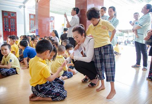 Hoa hậu Hứa Vân Khương giản dị đi từ thiện tại Phan Thiết - 4