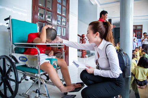 Hoa hậu Hứa Vân Khương giản dị đi từ thiện tại Phan Thiết - 5
