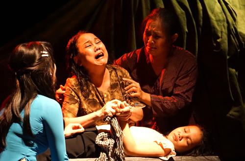 Nghệ sĩ Ái Như (thứ hai từ trái qua) trong vai bà Hiền.