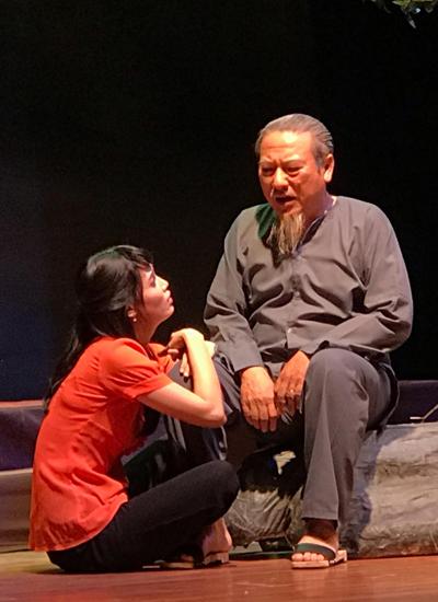 Nghệ sĩ Thành Hội (phải) vai ông Sáu bên diễn viên Lê Thúy trong vai Huyền.