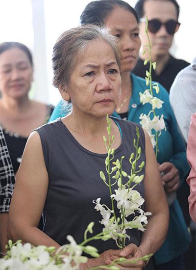 Nhiều khán giả cầm hoa lan trắng đến tiễn cố nghệ sĩ.