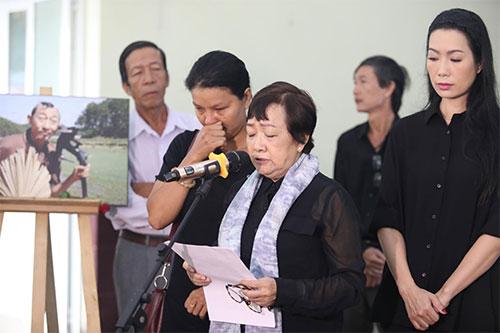 Từ phải qua: điễn viên Trịnh Kim Chi, bà Hồng Dung - phó Chủ tịch Hội sân khấu TP HCM, diễ viên Kiều Trinh ở lễ truy điệu nghệ sĩ Lê Bình sáng 4/5.