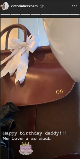 Victoria tặng chồng chiếc túi xách hàng hiệu có ký tự viết tắt của tên anh.