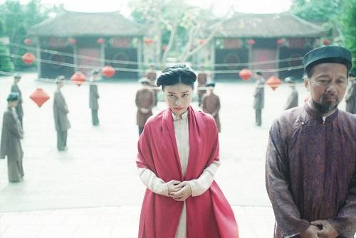 Một cảnh quay tạo được sự tù túng dù nhân vật đứng ở nơi trống trải.