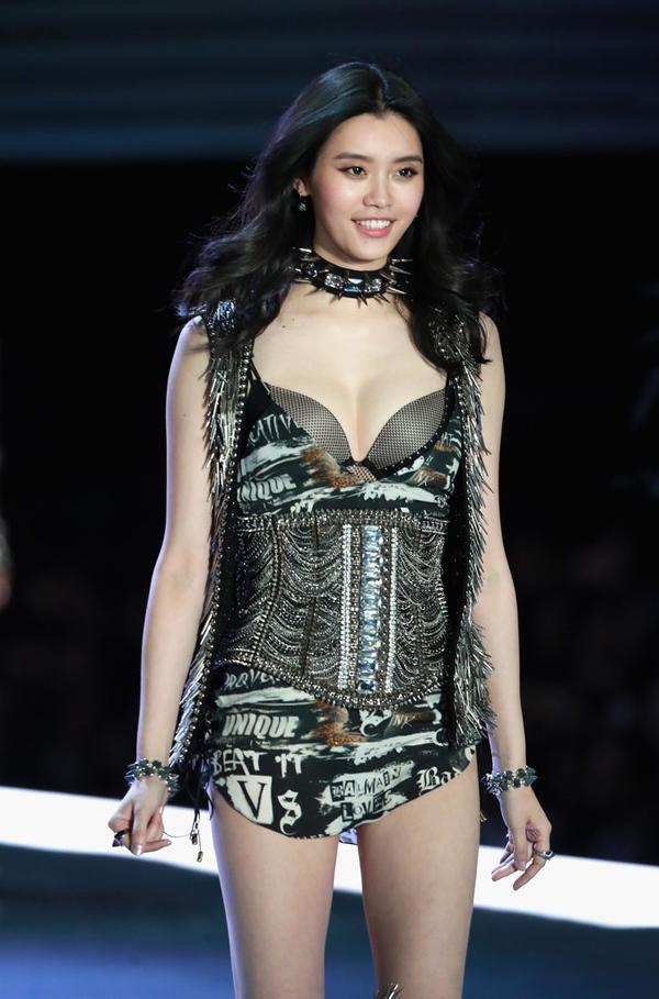 Sắc vóc siêu mẫu nội y hẹn hò con trai 'Vua sòng bạc' Macau