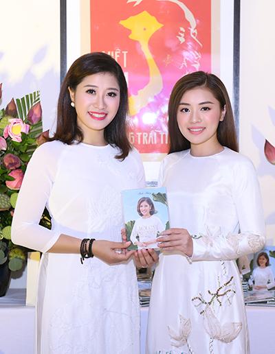 Chị em ca sĩ Bích Hồng và Thu Hằng.