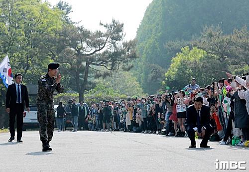 Hàng trăm fan vây kín ca sĩ thần tượng Hàn ngày xuất ngũ - ảnh 2