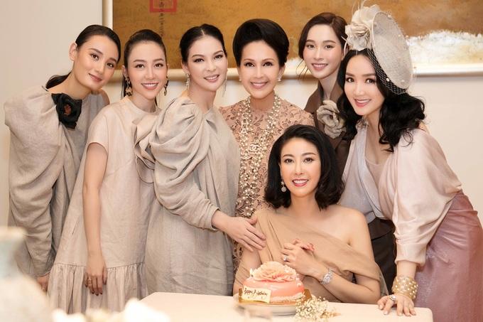Hà Kiều Anh mừng sinh nhật bên chồng và hội bạn thân