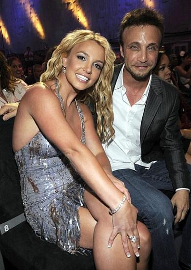 Britney Spears và người quản lý Larry Rudolph. Ảnh: LA Now.