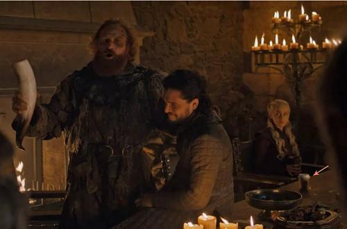 Ly cà phê Starbucks xuất hiện trong cảnh quay tập bốn. Ảnh: HBO.