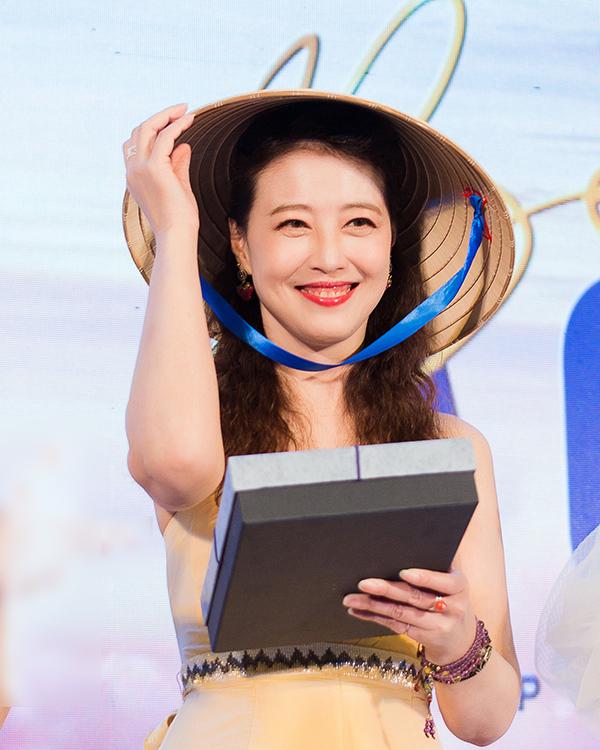 Châu Hải My được tặng nón lá, áo dài