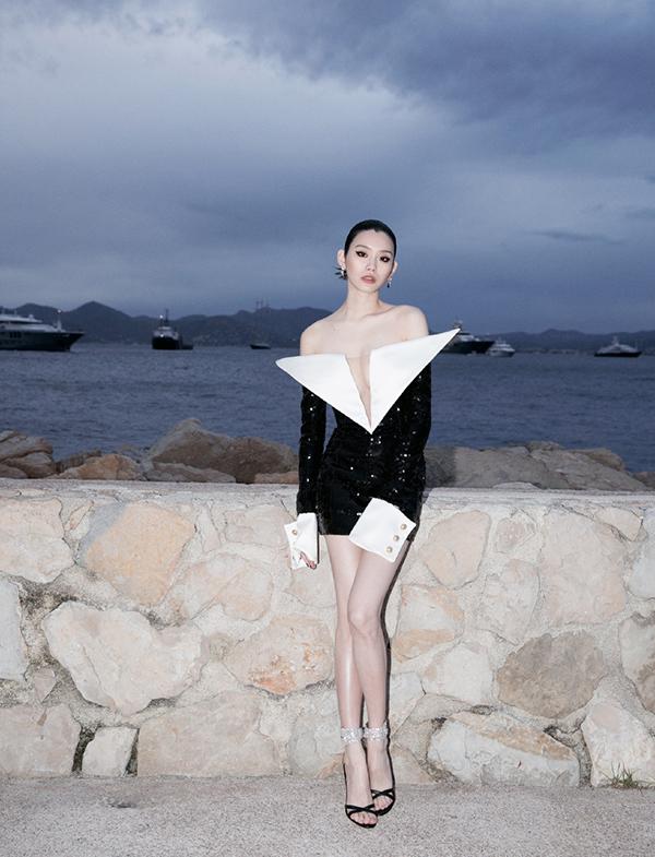Siêu mẫu nội y Trung Quốc tạo dáng bên bờ biển Cannes