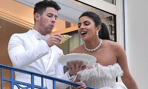 Sau buổi ra mắt phim, vợ chồng hoa hậu trở về khách sạn, thoải mái ăn pizza trên ban công.