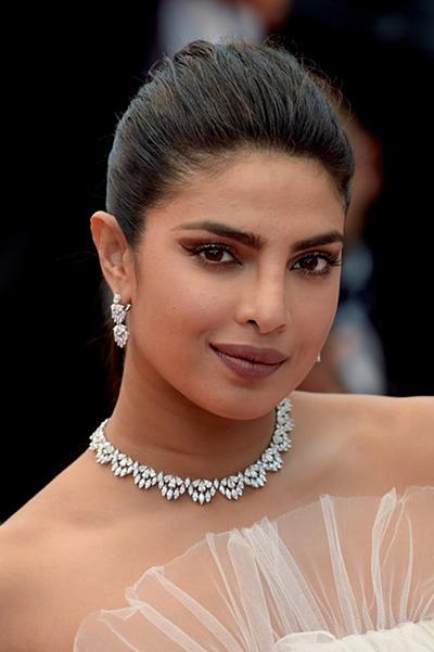 Priyanka Chopra trang điểm sắc sảo lên thảm đỏ.