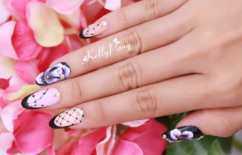 Cô Pang Mỹ Nguyên - Giám đốc Mỹ thuật Kelly Pang Nail - hướng dẫn chị em cách vẽ móng hoa hồng 3D phối nét ren bằng kỹ thuật vẽ cọ bản cao cấp theo từng bước.