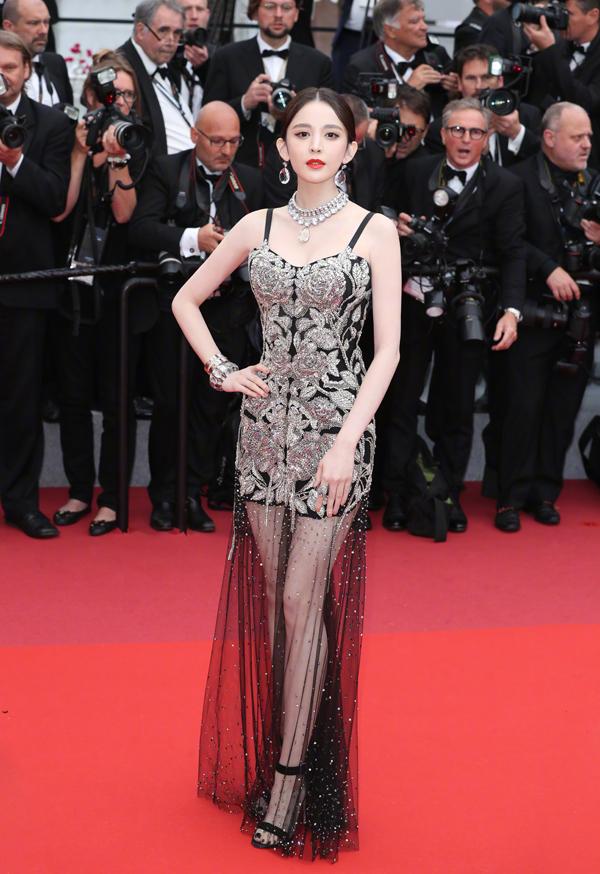 Mỹ nữ Tân Cương mặc xuyên thấu trên thảm đỏ Cannes