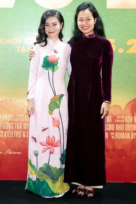Trà My (trái) và đạo diễn Phương Anh trong buổi ra mắt phim, ngày 11/5.