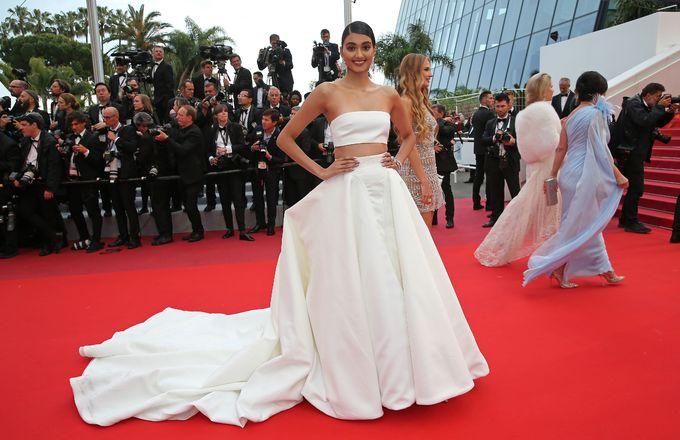 Hoa hậu đẹp nhất thế giới diện váy áo quá khổ lên thảm đỏ