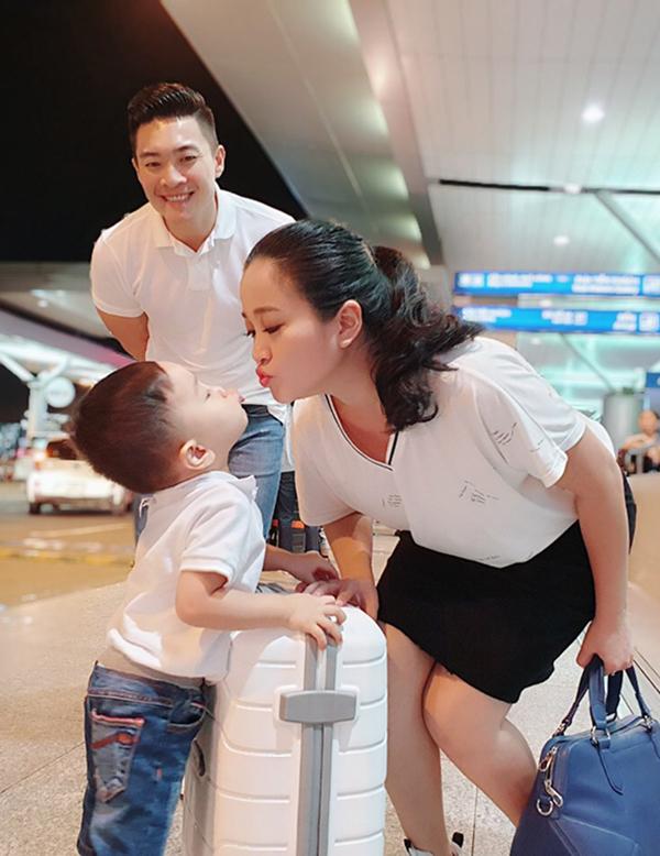 Quốc Cơ tiễn vợ đi học ở Hàn Quốc